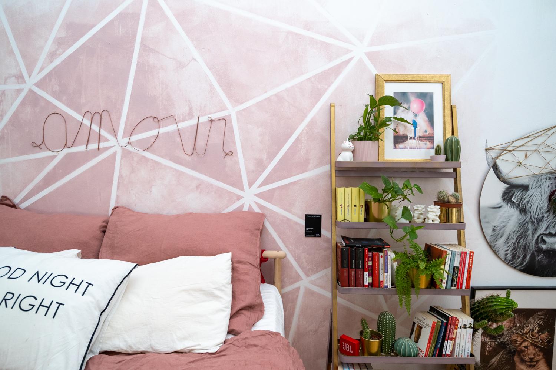 Apartament cu trei camere Calea Victoriei - acasă la arh. Larisa Rățoi - dormitor cu perete roz pat baldachin Ikea și lustră DIY (2)
