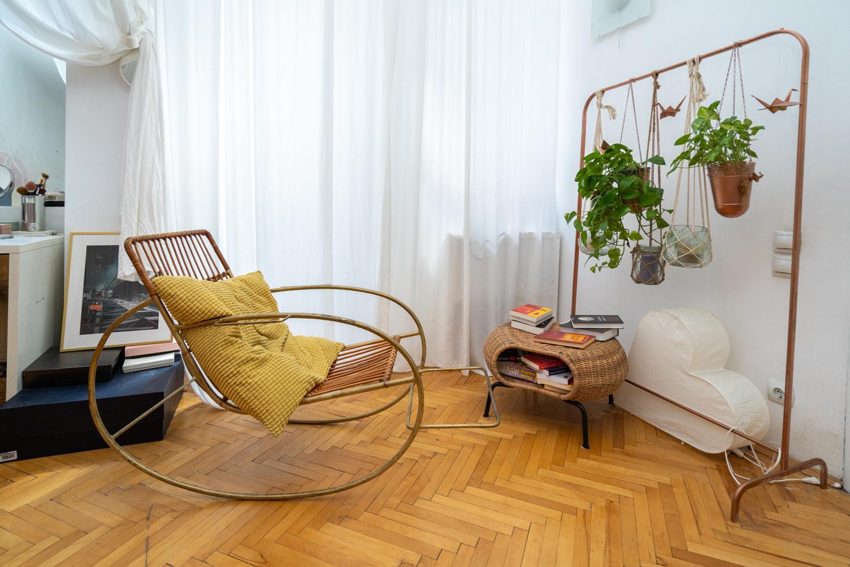 Apartament cu trei camere Calea Victoriei - acasă la arh. Larisa Rățoi - dormitor cu perete roz pat baldachin Ikea și lustră DIY (3)