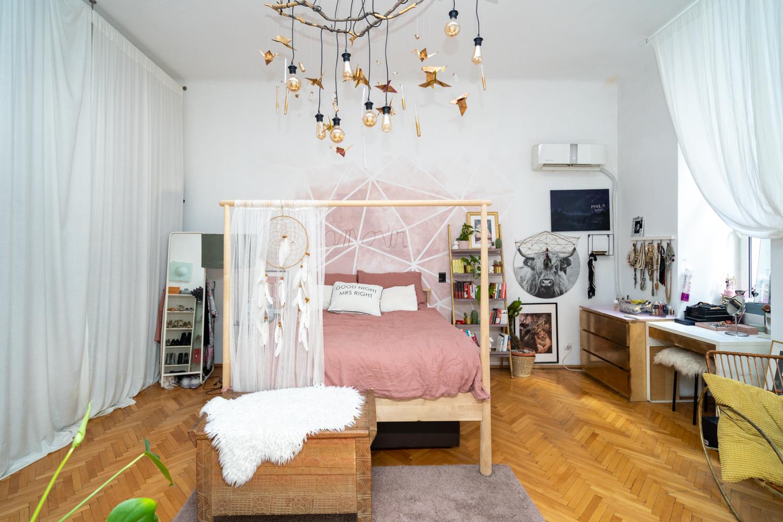 Apartament cu trei camere Calea Victoriei - acasă la arh. Larisa Rățoi - dormitor cu perete roz pat baldachin Ikea și lustră DIY (4)