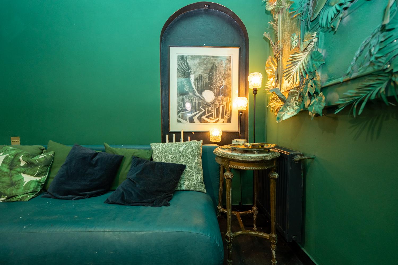Apartament cu trei camere Calea Victoriei - acasă la arh. Larisa Rățoi - living verde tablou Chirnoagă