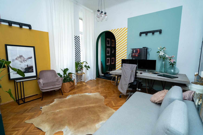 Apartament cu trei camere Calea Victoriei - acasă la arh. Larisa Rățoi - perete tablouri pereți bleu (3)