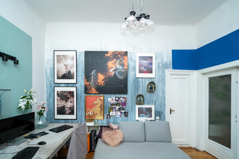 Apartament cu trei camere Calea Victoriei - acasă la arh. Larisa Rățoi - perete tablouri pereți bleu (5)