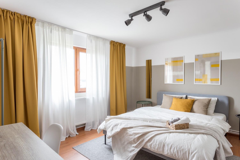 Zen Casa Comarnic dormitor gri draperii galbene