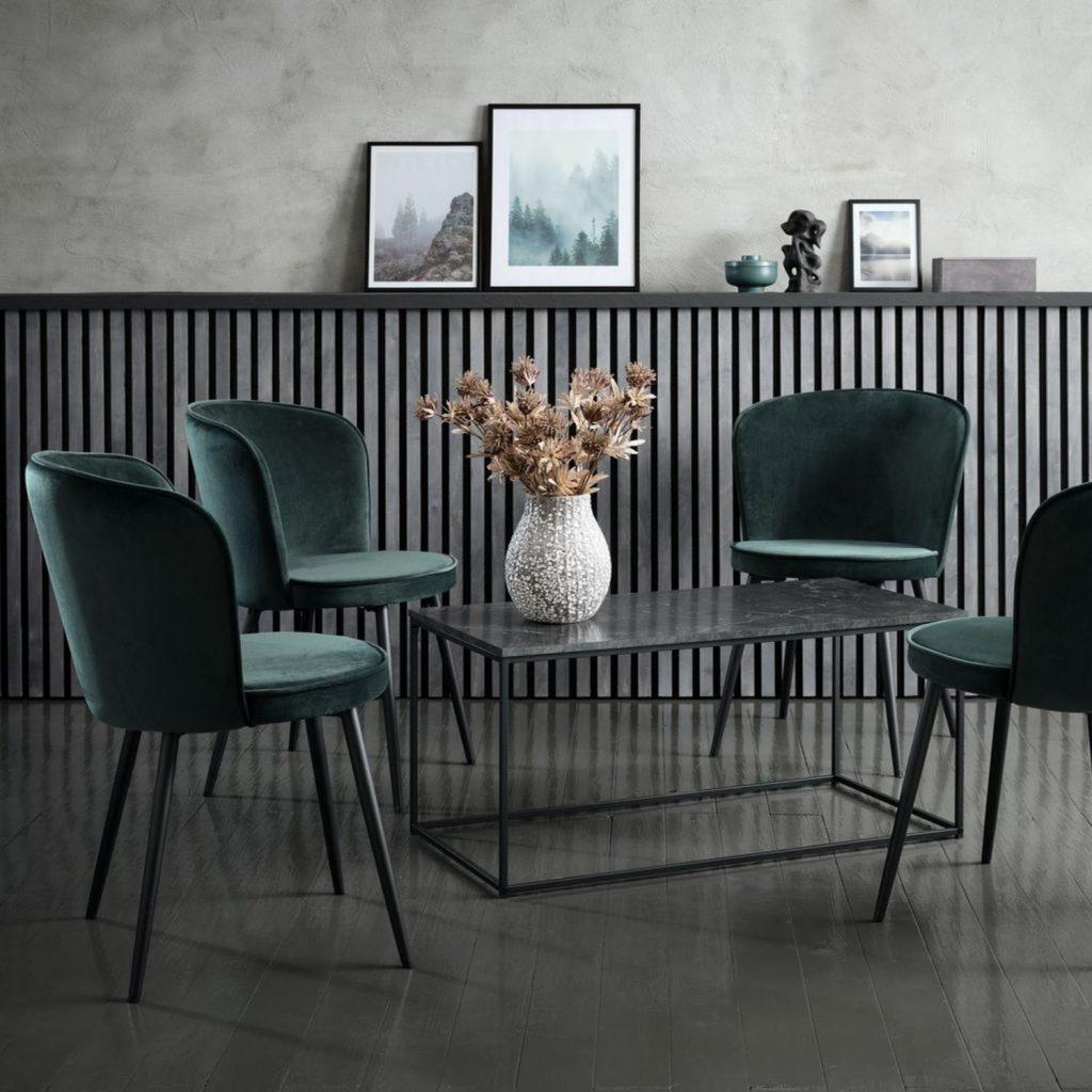scaune_catifea_amenajare_în_stil_hygge
