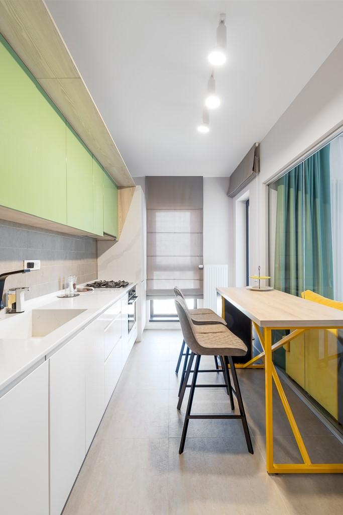 Bar poziționat vizavi de blatul de bucătărie
