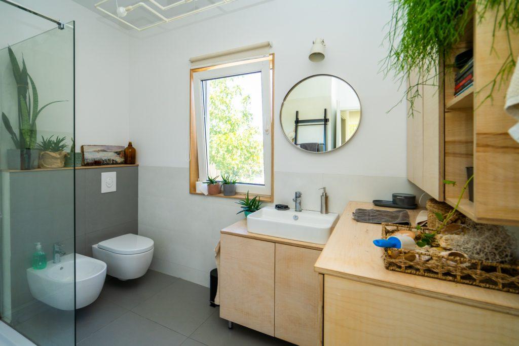 casă pe pământ amenajare baie