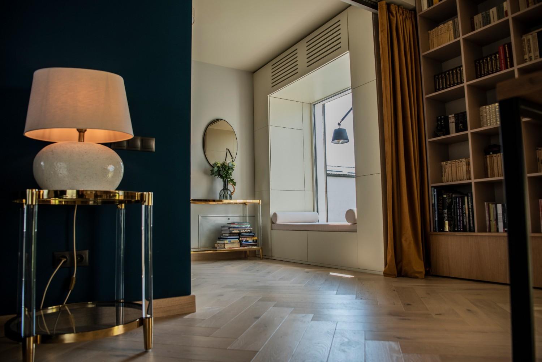 Colț de citit - reading nook - living cu bucătărie open space penthouse Baia Mare_designer Raul Șerban Hangar 7586