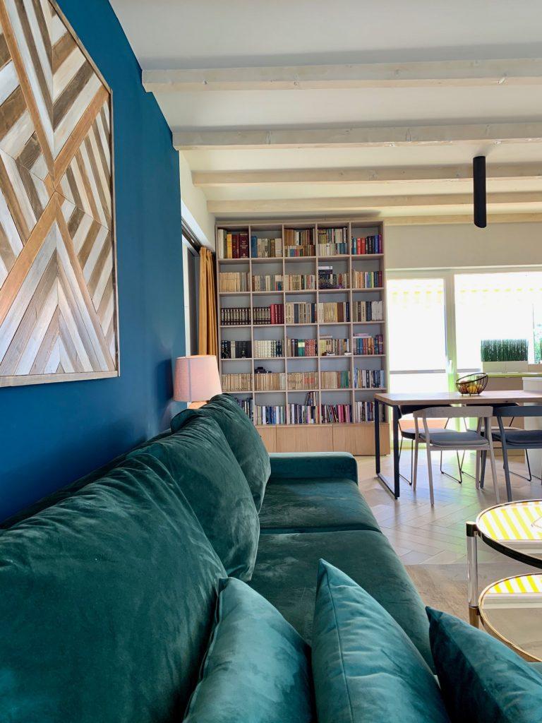 Living cu bucătărie open space bibliotecă - penthouse Baia Mare_designer Raul Șerban Hangar 7586