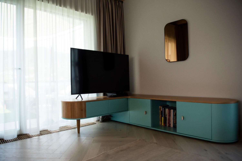 Living cu bucătărie open space comodă turcoaz retro - penthouse Baia Mare_designer Raul Șerban Hangar 7586 (1)