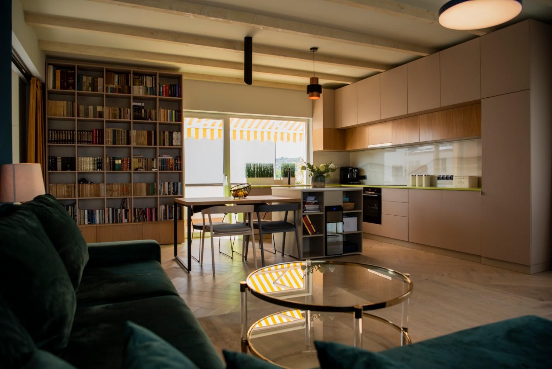 Living cu bucătărie open space - penthouse Baia Mare_designer Raul Șerban Hangar 7586 (10)