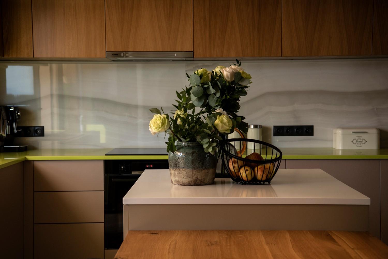 Living cu bucătărie open space - penthouse Baia Mare_designer Raul Șerban Hangar 7586 (7)
