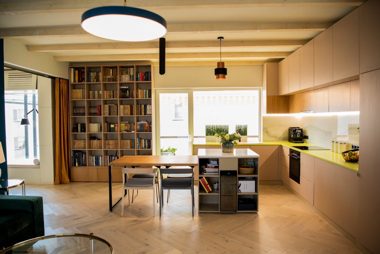 Living cu bucătărie open space - penthouse Baia Mare_designer Raul Șerban Hangar 7586 (9)