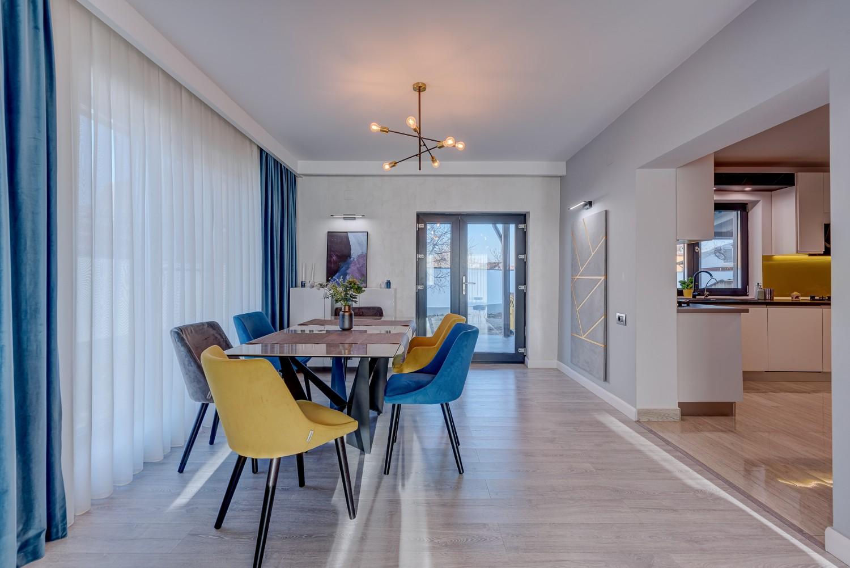 Living modern vila Klimt Targu Jiu - designer Camelia Radu - mobilier modern canapea gri vopsea decorativa gri accente de galben si albastru (3)