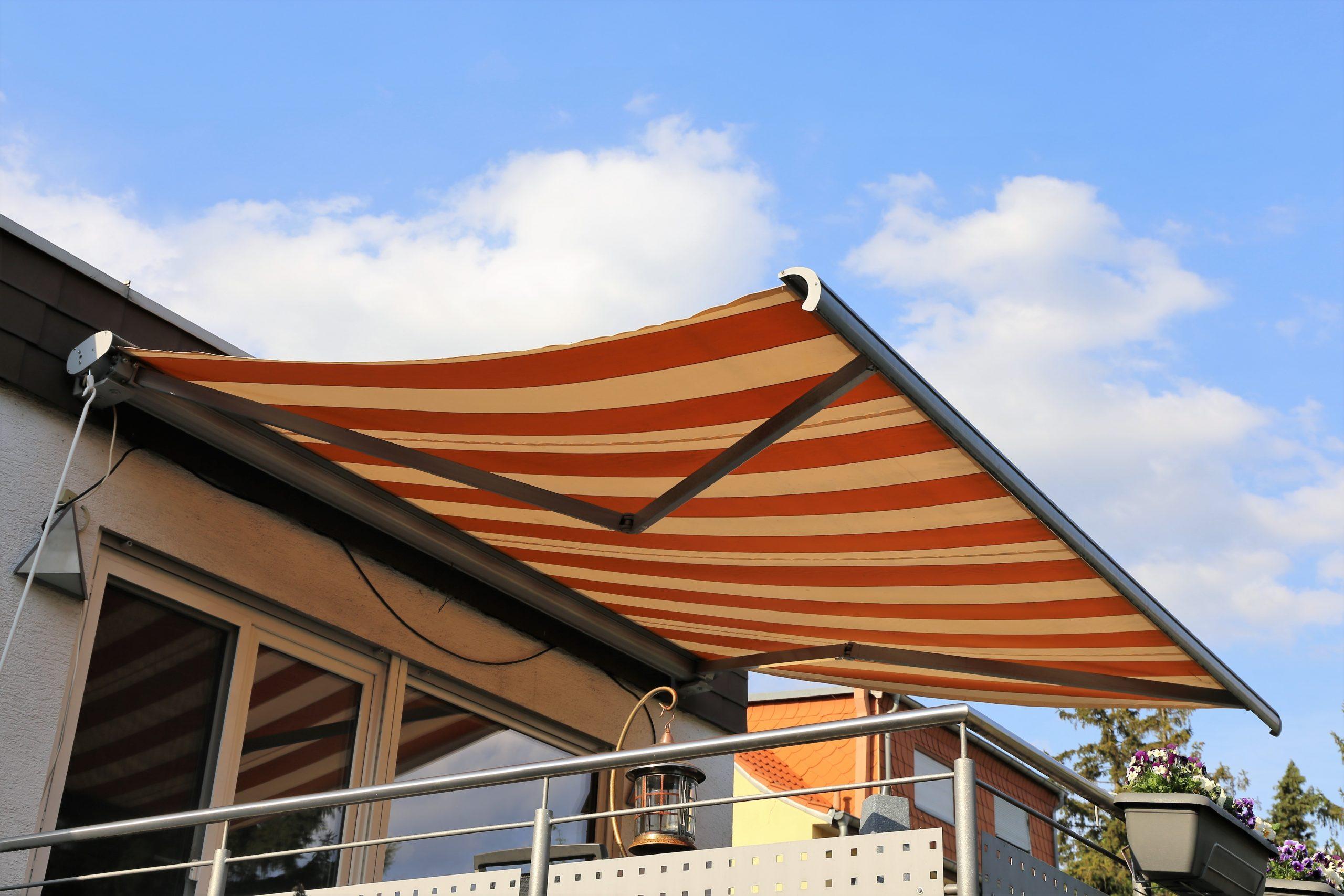 soluții umbrire balcon copertină