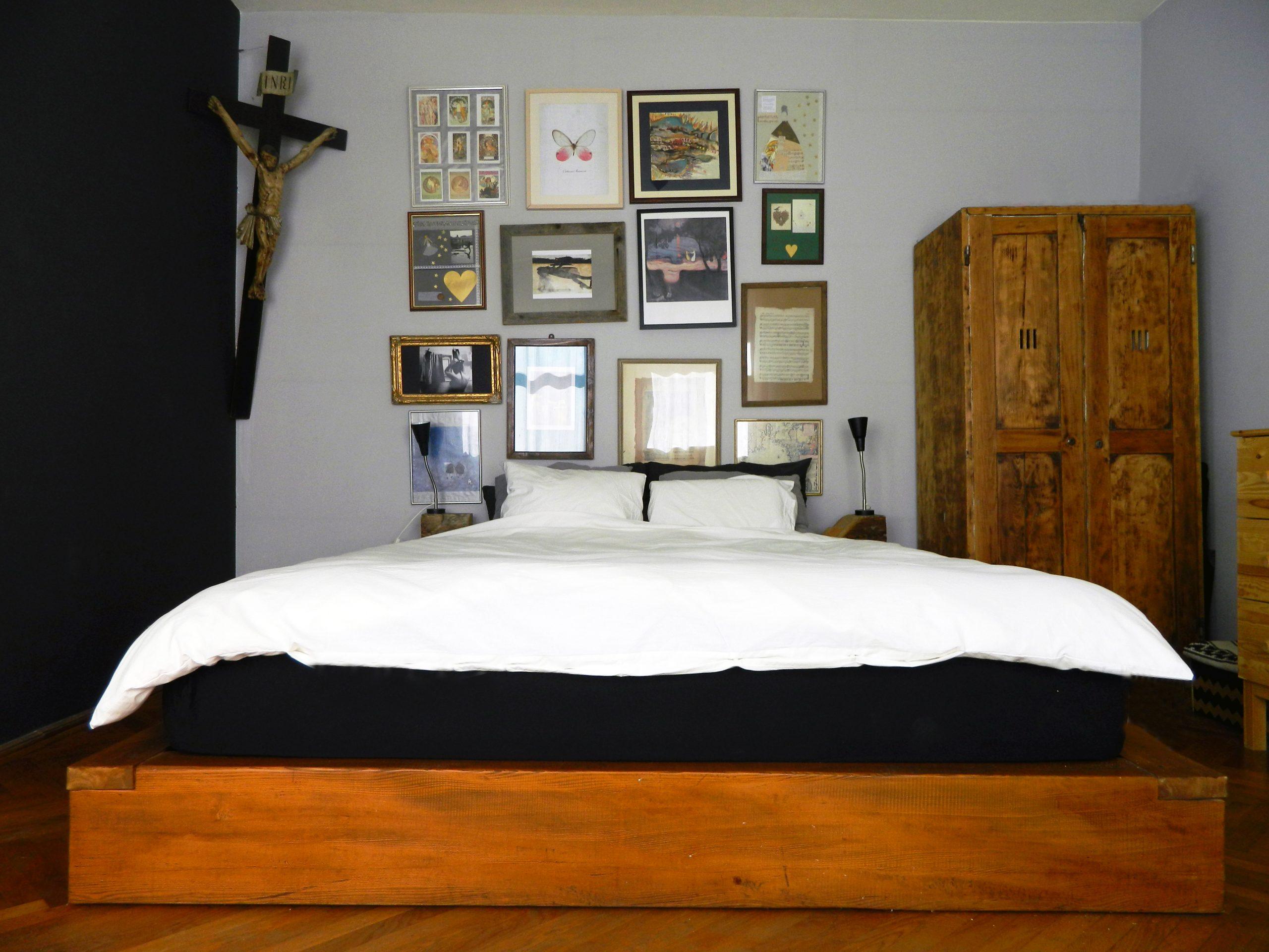 dormitor perete negru crucifix