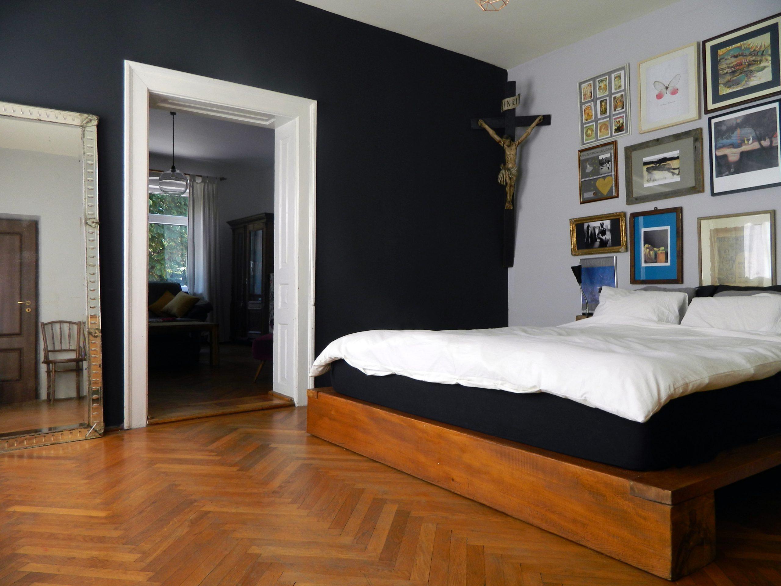 perete negru in dormitor casa adela chivarean