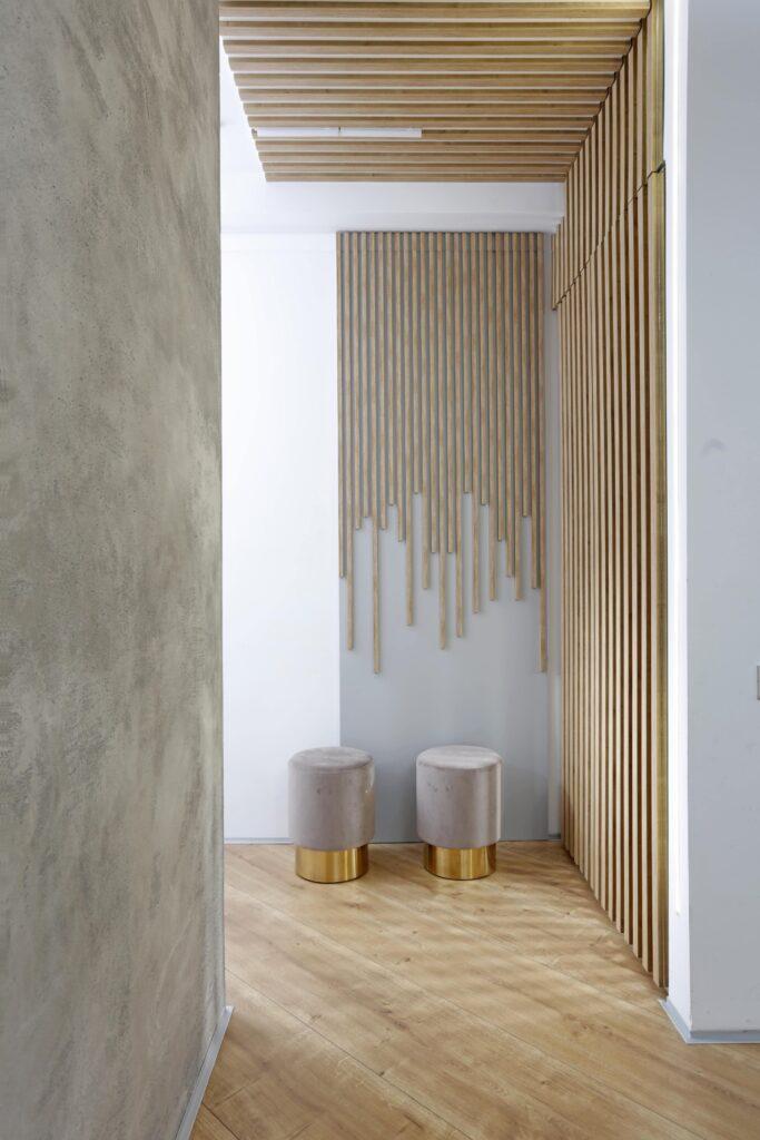 Living cromatica neutra designer Cristian Patrascu - riflaj