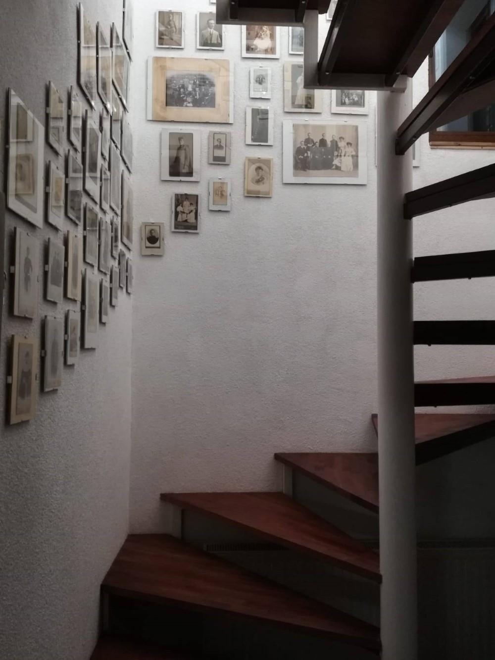 Andreea a creat un perete unde stă expusă istoria familiei