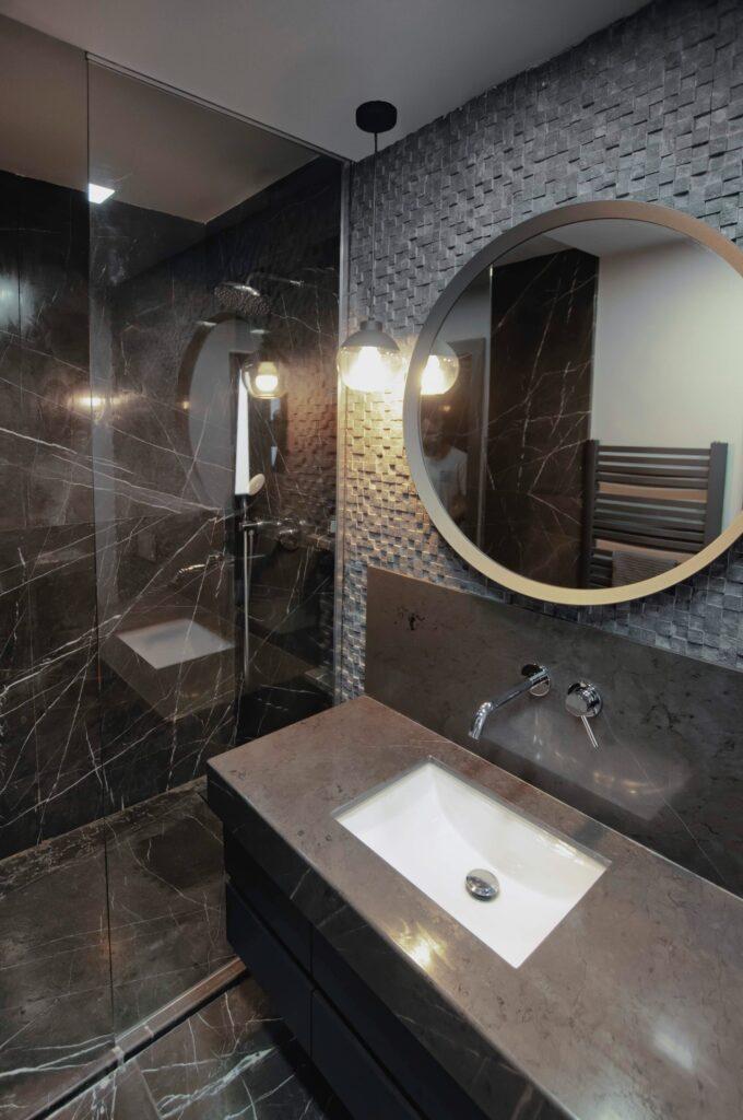 Amenajare casă Iași - decor negru modern - baie cu marmură neagră și mozaic marmură (1)