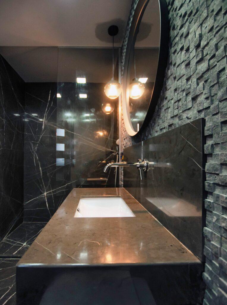 Amenajare casă Iași - decor negru modern - baie cu marmură neagră și mozaic marmură (3)