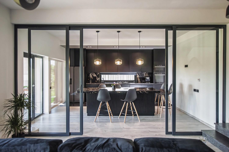 culoarea negru Amenajare casă Iași - decor negru modern - living separat de bucătărie cu uși de sticlă cu cadru metalic