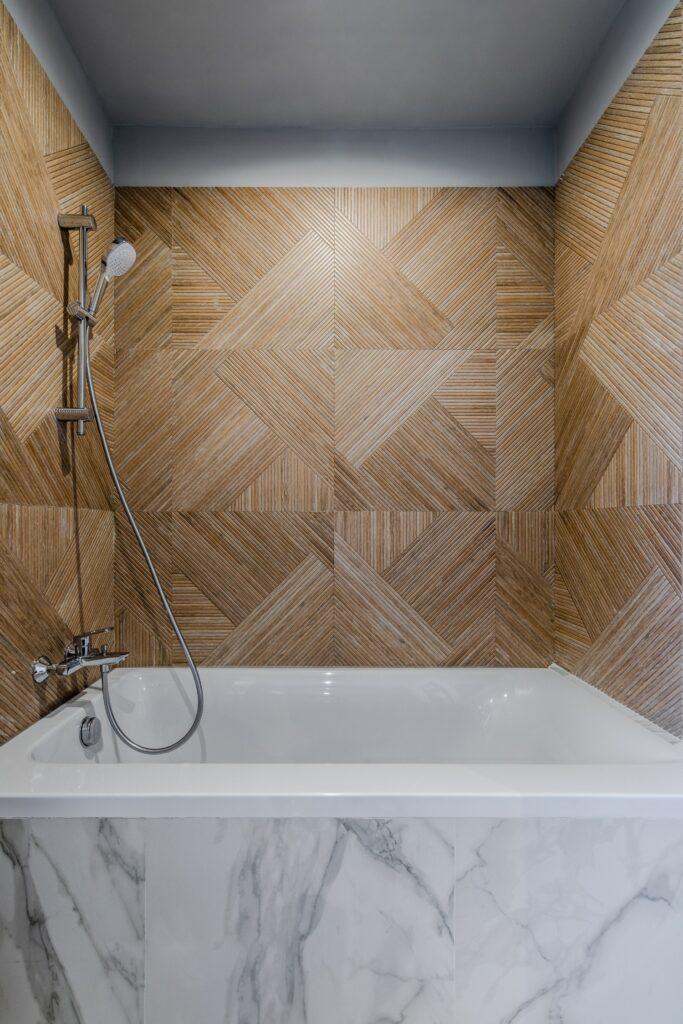 Baie mobilier verde cu detalii aurii - cada faianta tip lemn si marmura - AITO