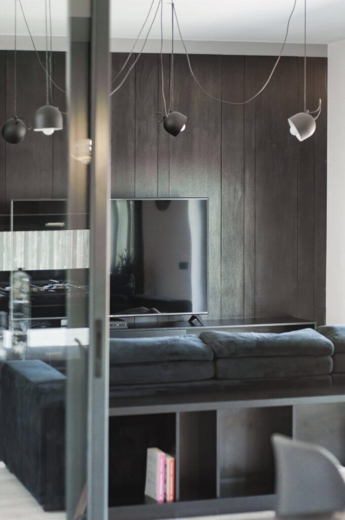 Living culori închise - amenajare casă Iași - decor negru modern (5)