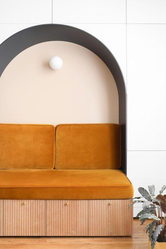 nișa de perete canapea colorata