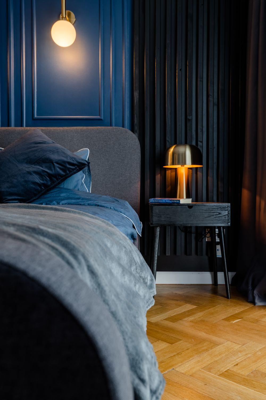 dormitor albastru noptiera neagra