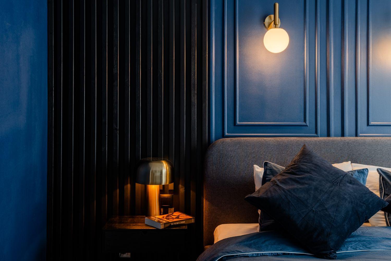 dormitor matrimonial pereti albastri