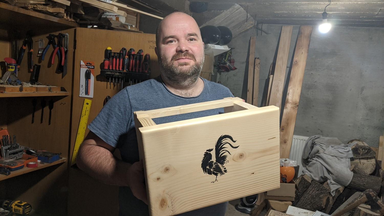 Cristian construiește mobila singur