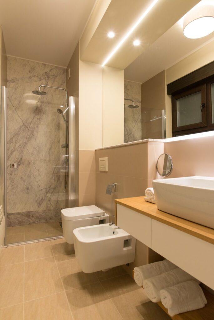 Baie - Renovare apartament mic Bucuresti KiwiStudio lastra marmura naturala