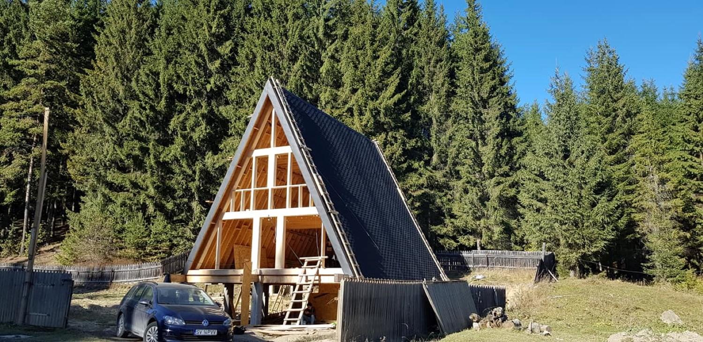 Procesul de construire al cabanei a fost complex
