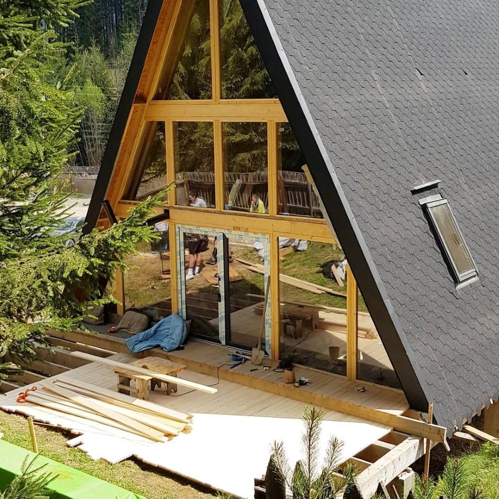 Lemnul a jucat un rol extrem de important în construcția cabanei