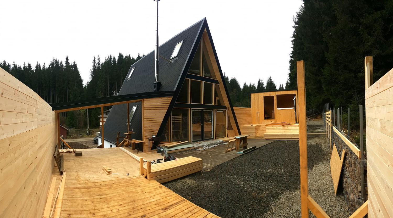 Pe terasa dinspre padure, în partea dreaptă, este o construită o saună, dar și un ciubăr