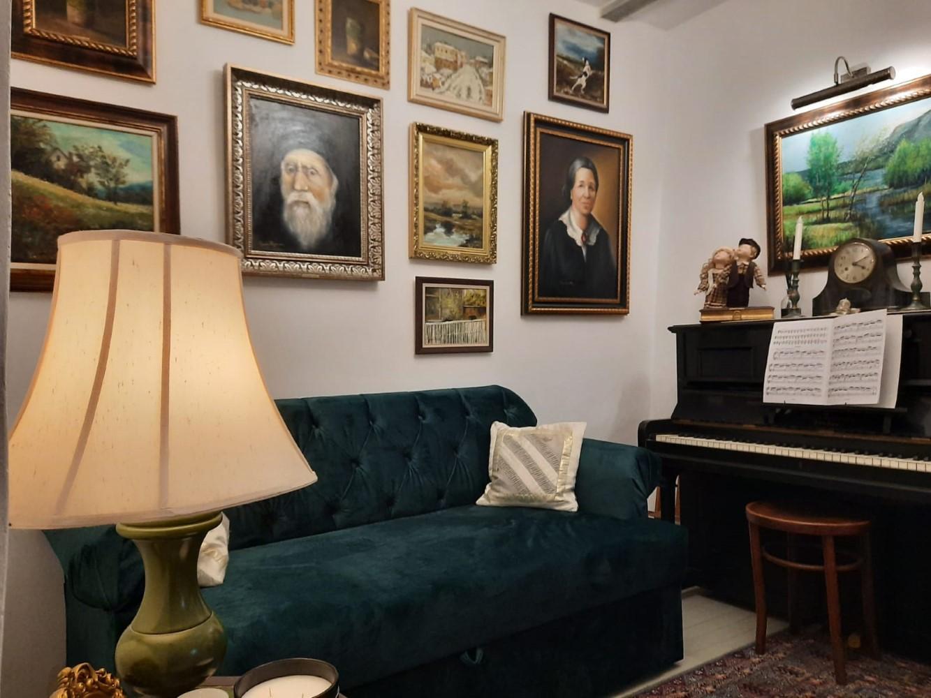 Camera de muzică este ornată cu o parte din tablourile pictate de Sanda