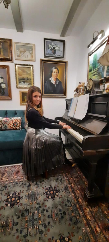 Fiica Sandei cântă la pian