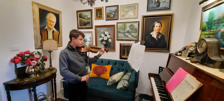 Fiul Sandei cântă la vioară