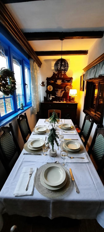 Renovarea a păstrat elementele autentice ale casei, inclusiv albastrul dobrogean