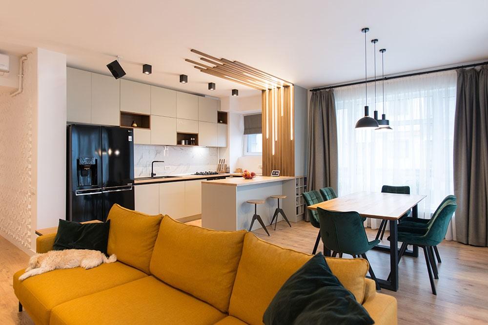 Living Open Space amenajat de KiwiStudio canapea galbena