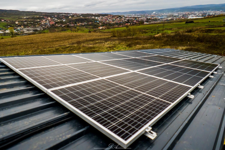 Panourile fotovoltaice și termoșemineul au fost două investiții extrem de utile