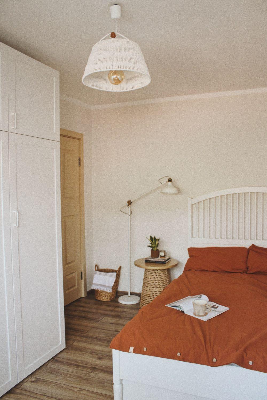 dormitor asternut portocaliu dressing alb