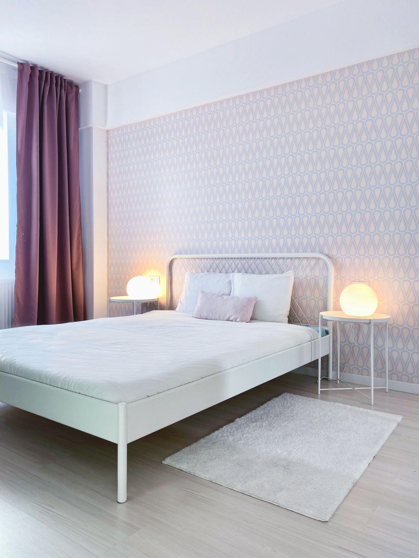dormitor perete roz tapet draperii mov bubble house