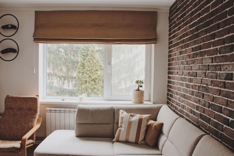 living geamuri mari perete caramida apartament renovat
