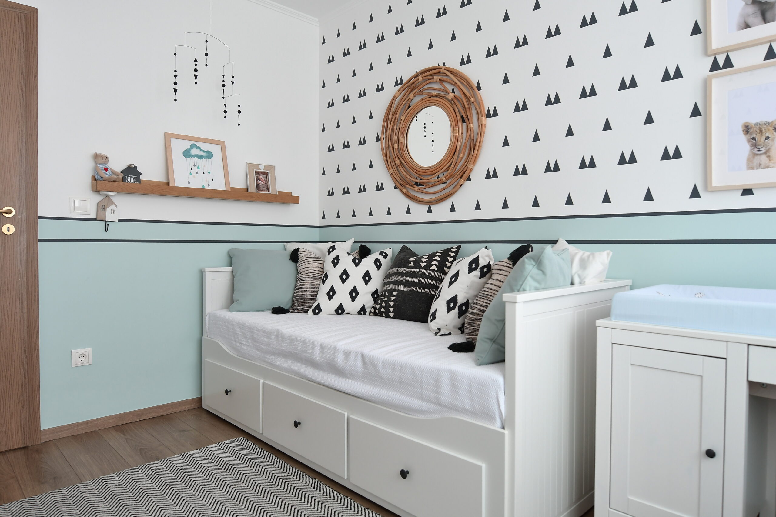 Simona Ungurean Homestyling design interior camera bebe cu alb si bleu