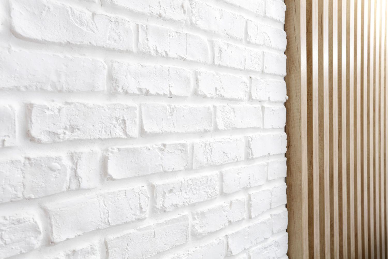 caramida aparenta si riflaj lemn