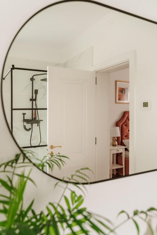 casa pe un nivel oglinda baie