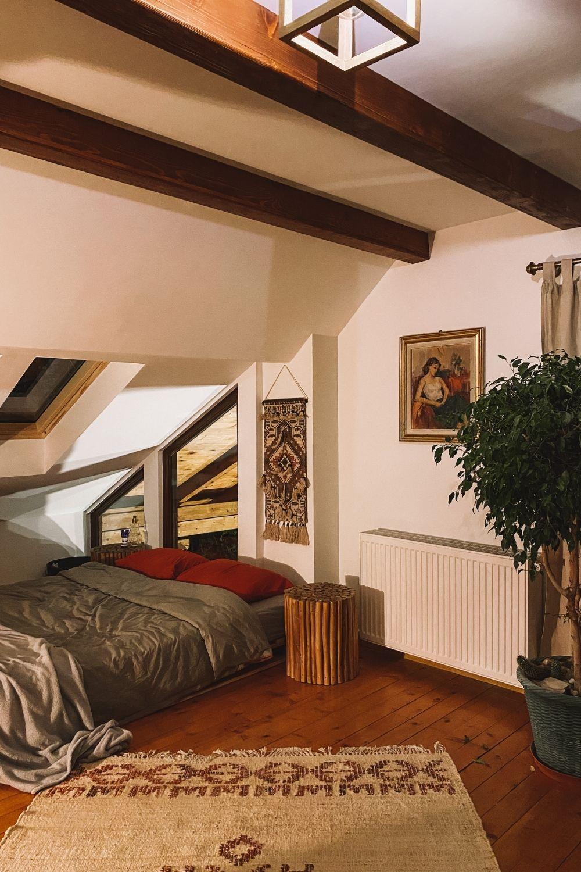 dormitor mansarda casa la munte