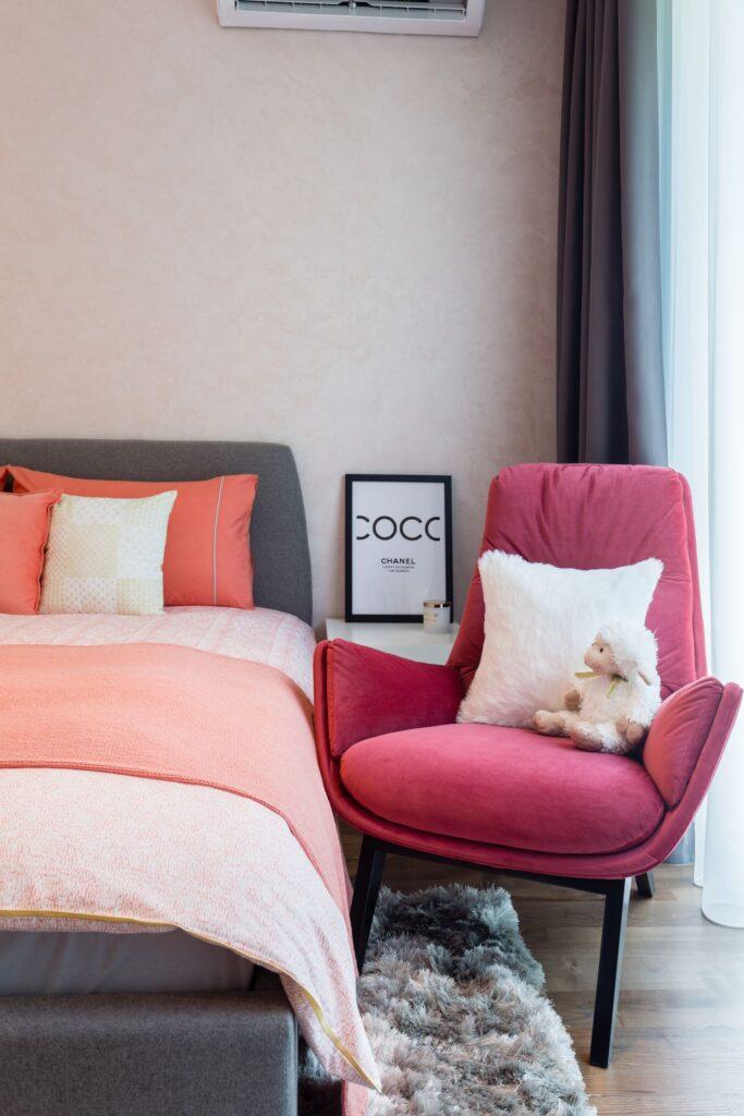 Camera de adolescenta cu fotoliu roz - arh. Irina Radu iDecorate foto Vlad Crețeanu (1)