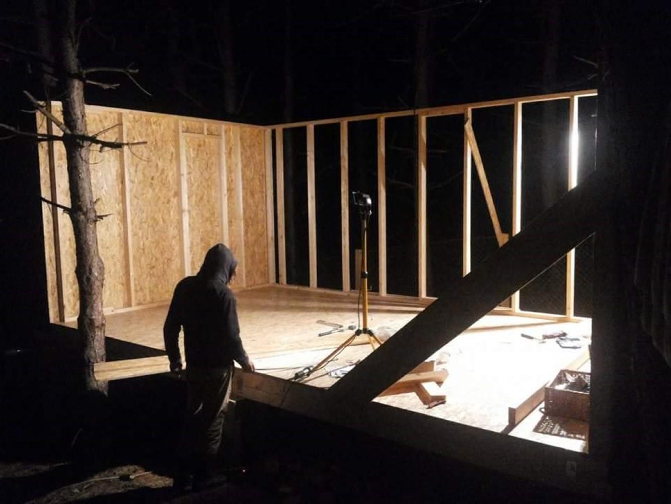 tiny house iasi Cât timp a fost gata structura, Constantin a locuit într-o dubă